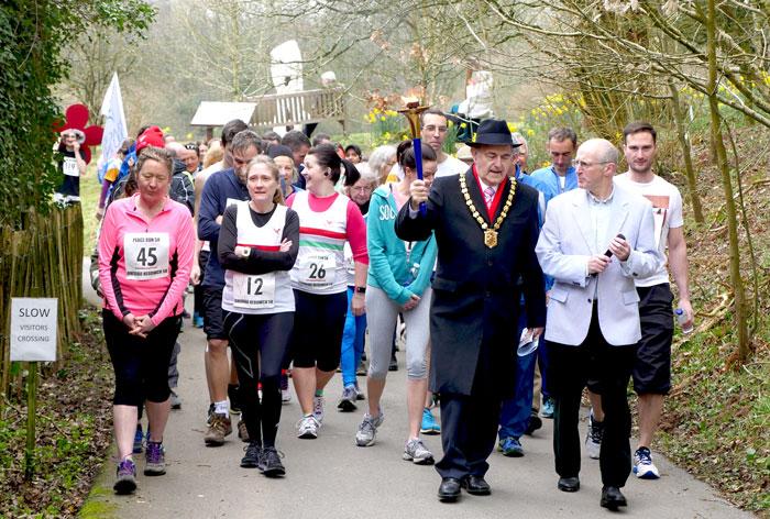 Mayor-leading-runners