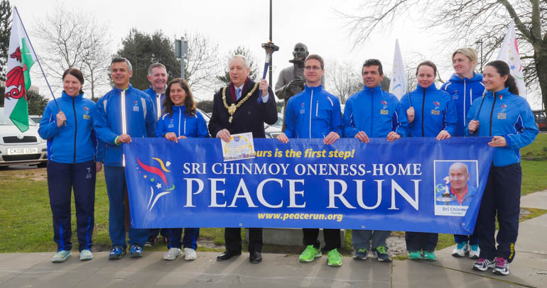 cardiff mayor and runners2-1190960