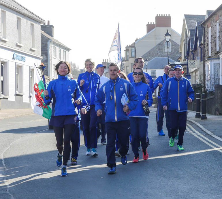 runners approaching-1200408