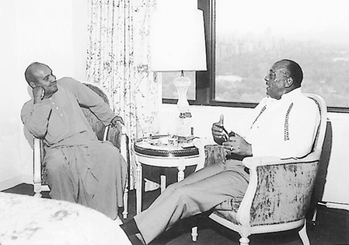 sri_chinmoy_with_jesse_owens2